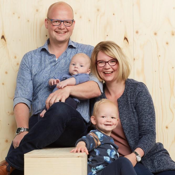 Familieportet in de studio, gezin met kinderen
